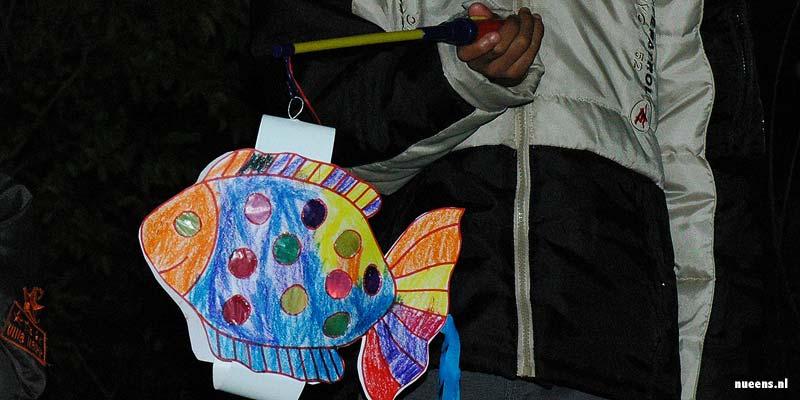 Sint-Maarten zinger met een zelfgemaakte lampion aan de deur