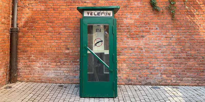 Een oude Poolse telefooncel, op straat in Warschau