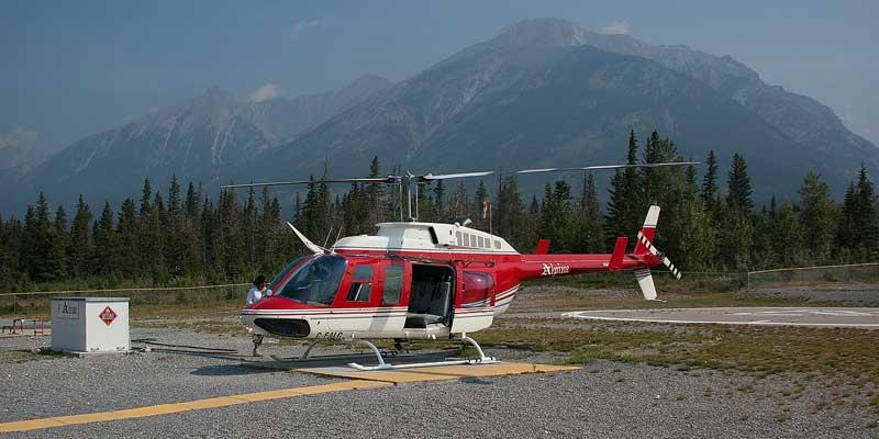 Een helicopter staat op het punt te vertrekken voor een tocht over de Rocky Mountains