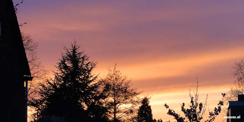Door de as in de lucht kleurde de ondergaande zon extra rood