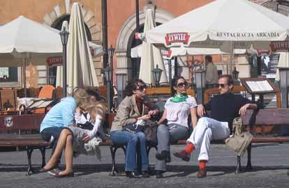 Polen wil lid worden, Inwoners van Warschau genieten van het zonnetje