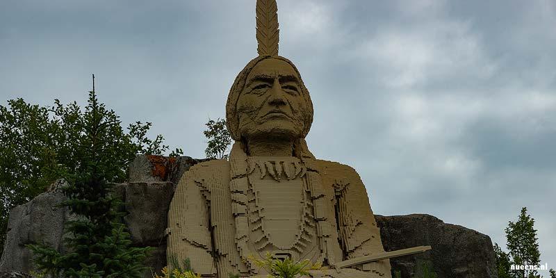 Een reusachtige Indianenbeeld in Legoland